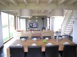 Overzichtsfoto eetkamer en woonkamer één ruimte