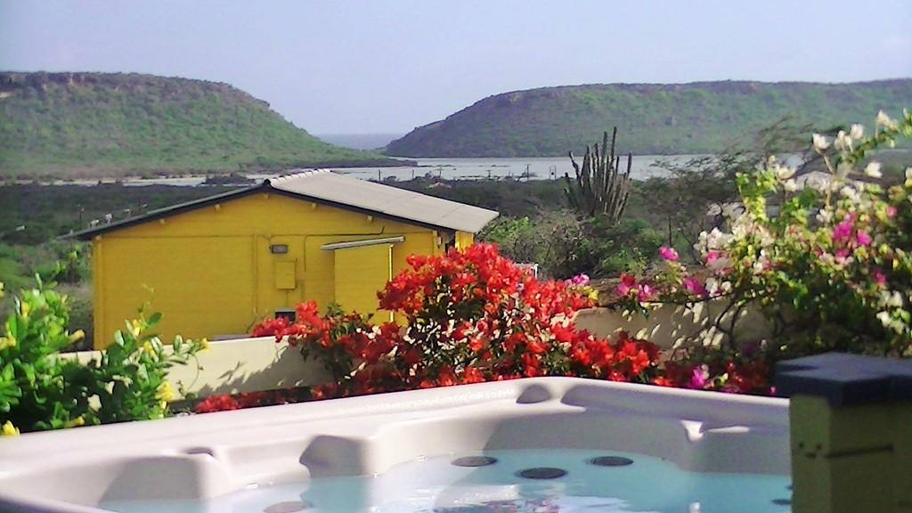 Nog even naar de zon, Curacao? Wegens annulering, bungalow beschikbaar vanaf 9 tot 29 oktober. Nu met 10% korting. Comf. bungalow met prive Jacuzzi.