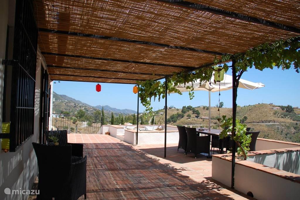 Het terras met uitzicht op de heuvels