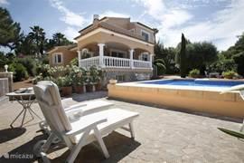 Mooi aangelegde tuin met meerdere terrassen rondom het huis; altijd de keuze tussen zon en schaduw; rondom het zwembad is altijd zon. Het niveauverschil van het zwembad maakt het ook geschikt voor kinderen. En natuurlijk geniet u van de ruime afmetingen van het zwembad: 10x5m