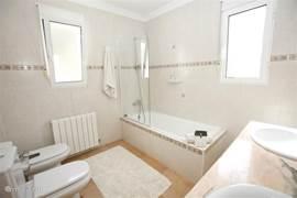 Badkamer op de 1e verdieping met ligbad, douche, dubbele, vaste wastafel, toilet en bidet. De badkamer op de begane grond heeft een doucheruimte, vaste wastafel, toilet en bidet.