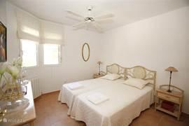De derde tweepersoons slaapkamer op de begane grond heeft een ingebouwde kast,dressoir, plafondventilator en geeft via de aangrenzende hall toegang tot de badkamer.