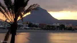 Wat is er romantischer dan dineren bij avondschemering en uitkijken op de berg Montgo (De Olifant).