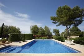 Dit is waar je het hele jaar naar toewerkt: die heerlijke strakblauwe lucht, het mooie uitzicht en een verrukkelijk groot zwembad.