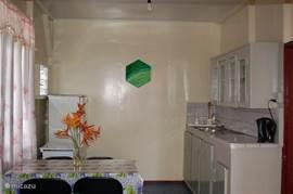 Een gezellige open Surinaamse keuken