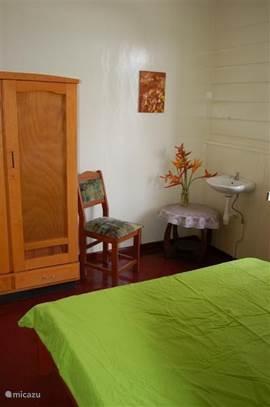 Een rustgevende 2 persoons-kamer met wastafel