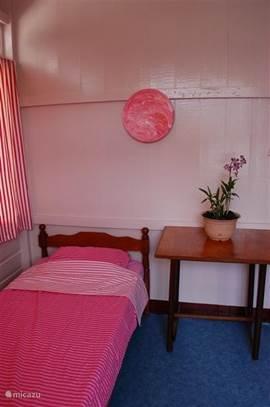 Een sfeervolle 1 persoons-kamer met de mogelijkheid tot plaatsing van een 2e bed.