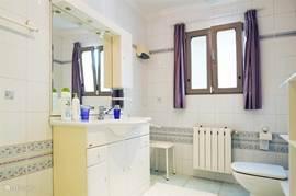 Grote badkamer eerste verdieping met inloopdouche en toilet.