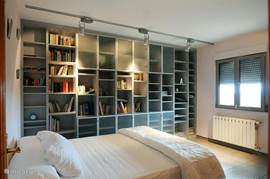 Een van de ruime slaapkamers/biblioheek op de eerste verdieping.