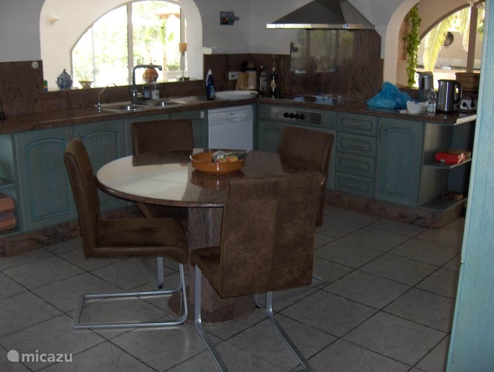 Open keuken van alle gemakken voorzien.