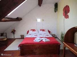 At Sans Parure there are 2 cozy gastenkamers.Gastenkamer Coquelicot, with private shower and toilet. A cozy room by travelers, but also for those who want to stay a few days to explore the area. In the morning you can enjoy a delicious breakfast with local products