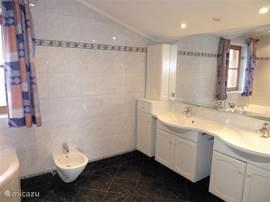 badkamer op de eerste verdieping. 2 wasbakken, bidet, hoekbad en douche.