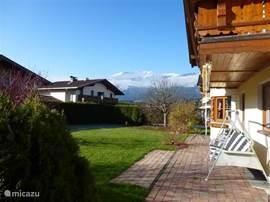 zijkant van het huis met blik op de berg Sausteigen