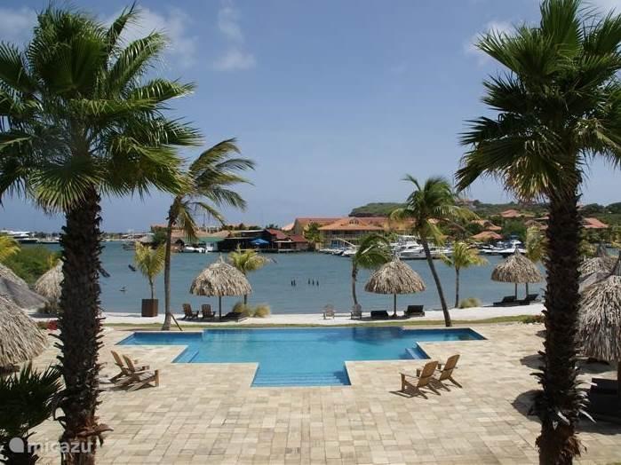 Uitzicht op de aanwezige infinity pool, zonneterras en prive strand!!