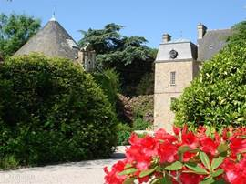 Veel bloemen rondom het kasteel, ideaal voor wie houdt van rust, een uniek plekje!