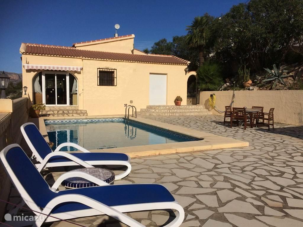 Het ruime terras bij het privé zwembad.