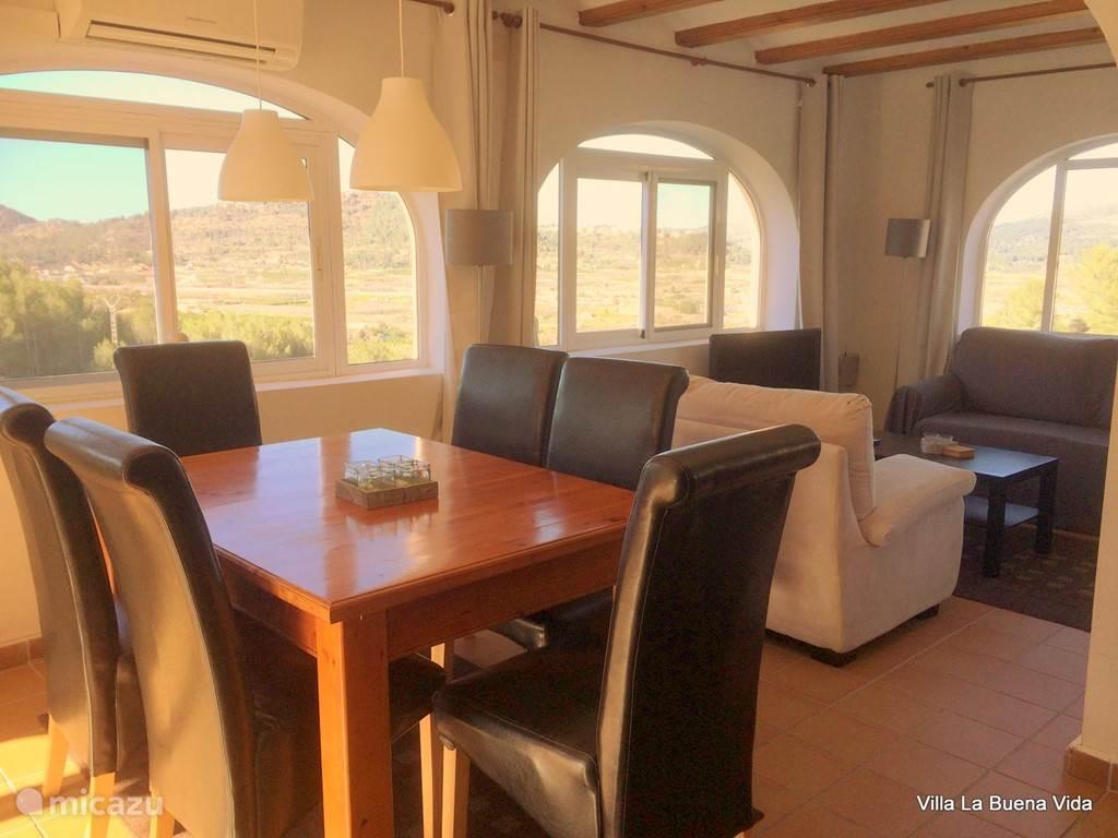 Eet- en zithoek. De zithoek is voorzien van een comfortabele slaapbank en tv met Nederlandse zenders.