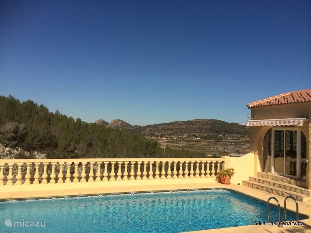 Het terras met het adembenemende uitzicht. Door de vrije ligging heeft u alle privacy die u wenst.