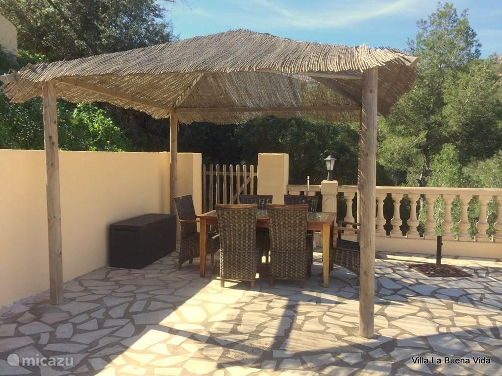 Heerlijk genieten in de tuin. Er is als de zon even te heet is een vaste pergola om lekker onder te lunchen in de schaduw.