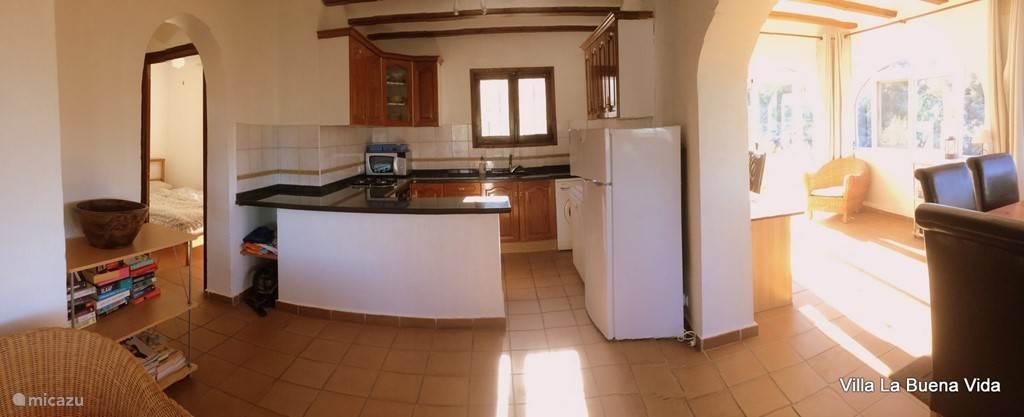 Keuken en eetkamer.