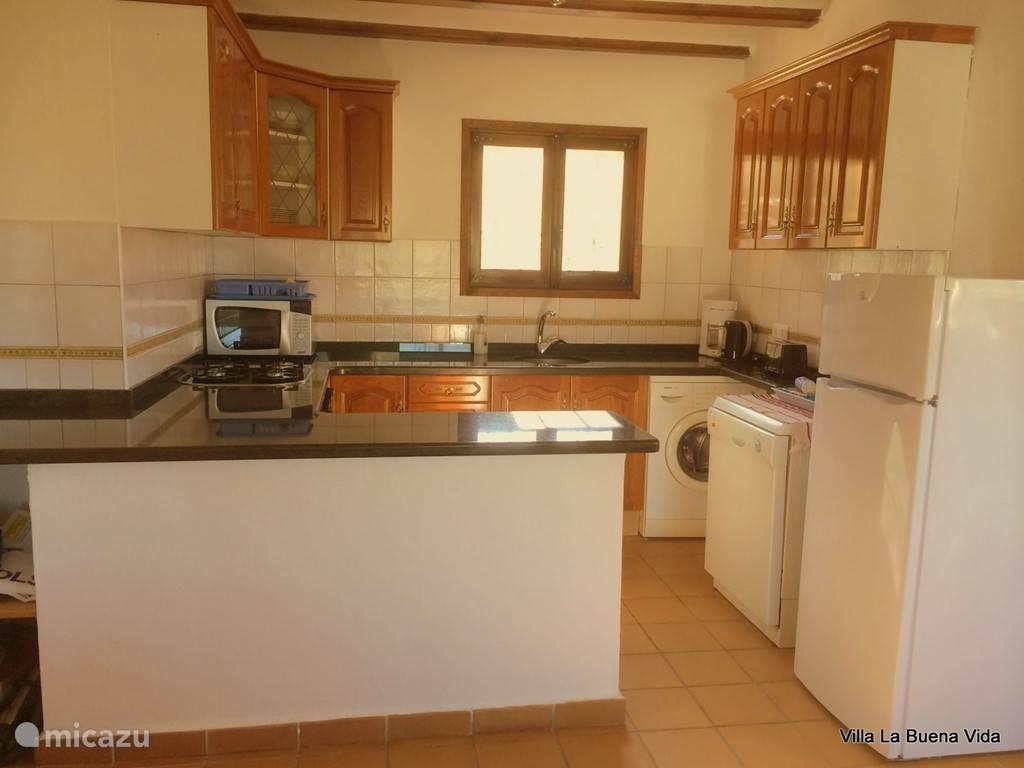De keuken voorzien van alle gemakken van thuis. Wasmachine, vaatwasmachine, magnetron, oven, koken op gas, koel/vriescombinatie etc.
