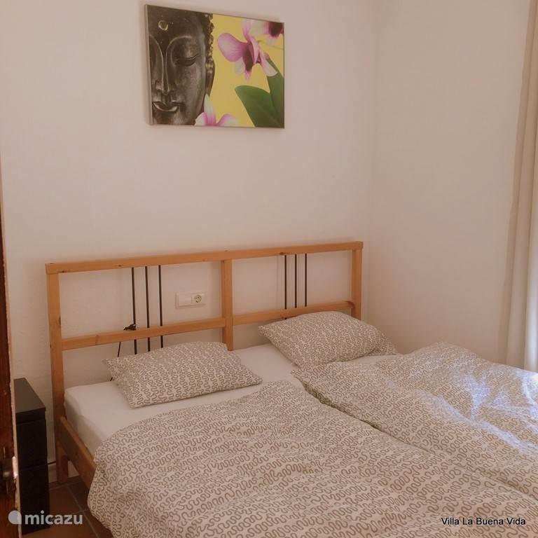 Slaapkamer met goed liggend tweepersoonsbed (1,60 bij 2,00) en tevens voorzien van een inbouw kledingkast