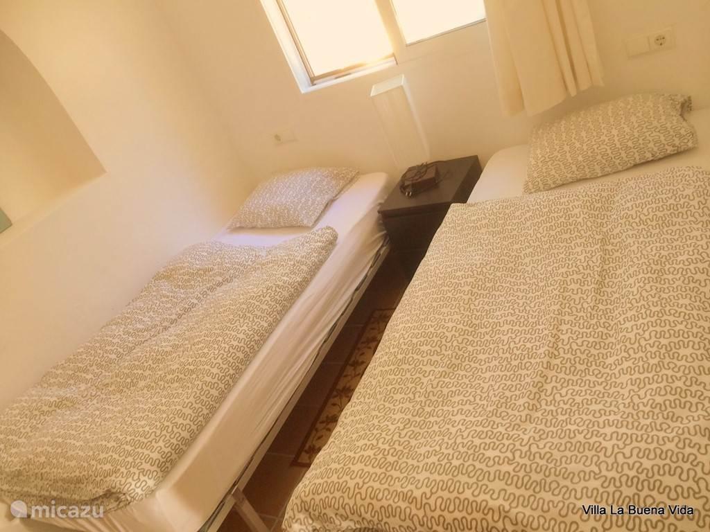 Slaapkamer met goed liggende twee éénpersoonsbedden (0,80 bij 2,00). Tevens voorzien van 2 inbouw kledingkasten