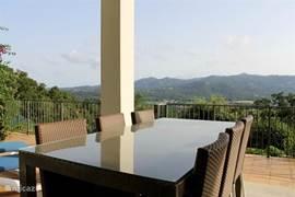 Eettafel buiten met uitzicht over de bergen