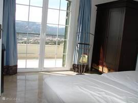 2 persoons ruime slaapkamer met fantastisch uitzicht. Tevens met airco en riante badkamer.