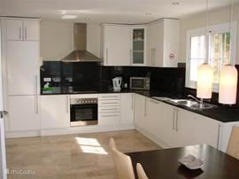 De luxe complete keuken met inbouwapparatuur is voorzien van alle gemakken