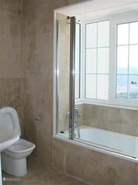 1 van de badkamers met ligbad met adembenemend uitzicht over de bergen..