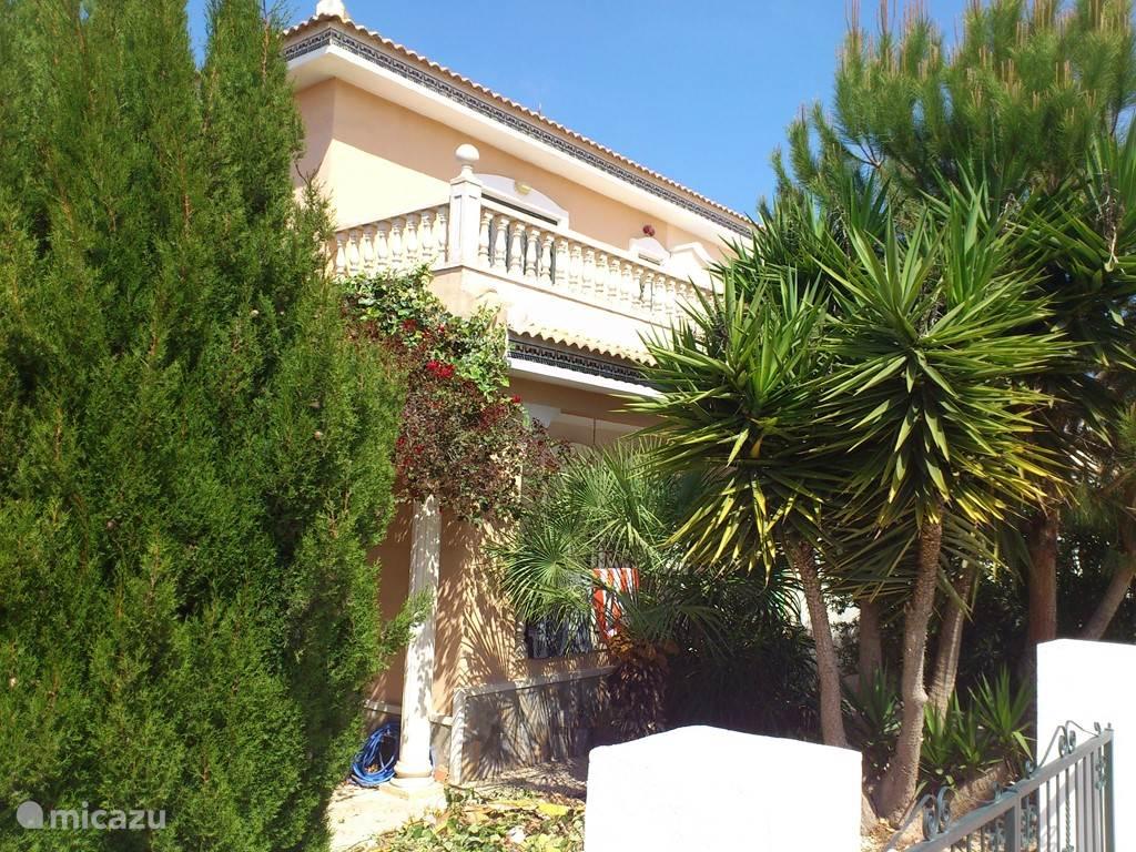 Voorkant van het huis en zijkant