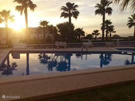 Gezicht op het zwembad bij zonsondergang