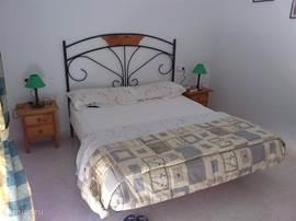 Een slaapkamer met 2-persoonsbed, grote kledingkast, toilettafel en groot balkon. Nog een slaapkamer met 2 aparte bedden en groot balkon