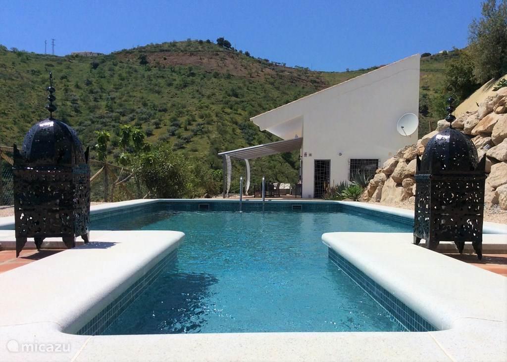De nieuwgebouwde luxe Finca heeft een woonoppervlak van 120m² en een groot terras met privé zwembad. De ligging is uniek op ongeveer 700 meter boven zeeniveau midden in de natuur en heerlijk rustig. Echt genieten van Andalusië met de ongerepte natuur, cultuur en vertier binnen bereik.