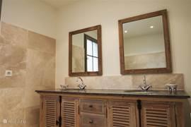 Een van de badkamers met dubbele wastafel