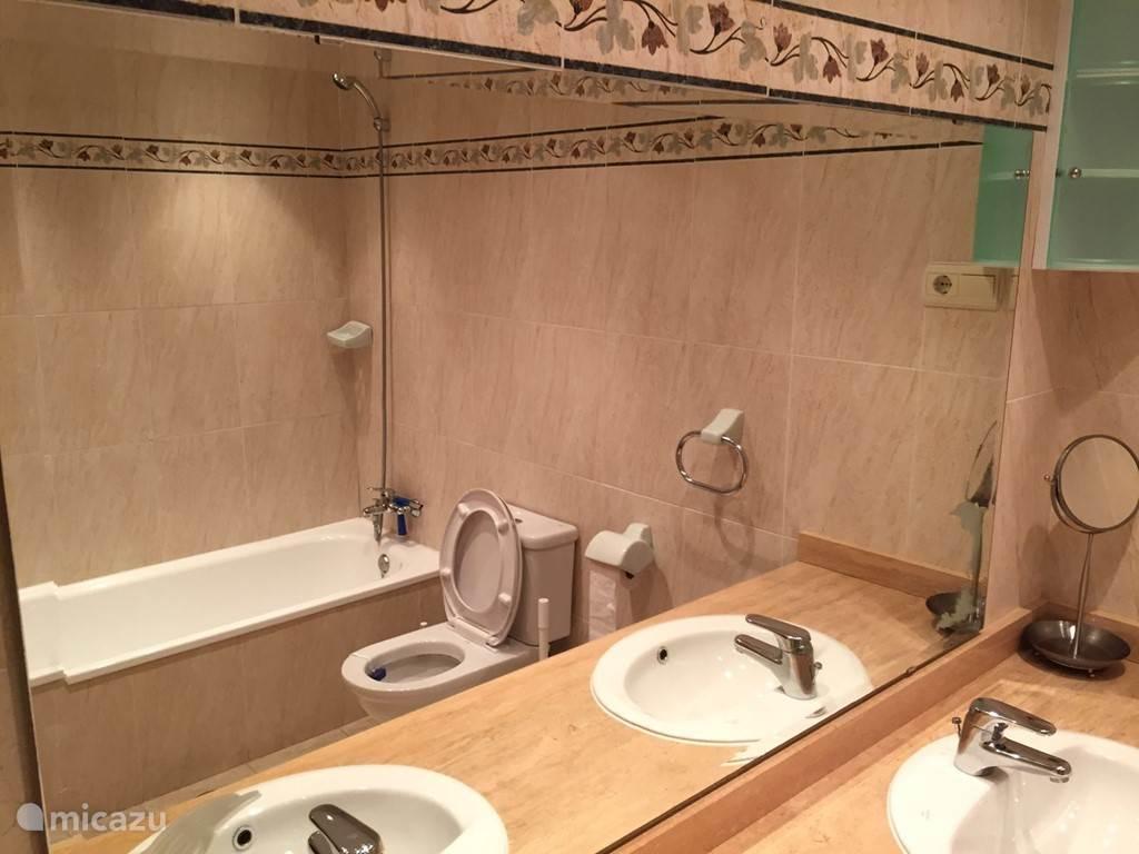 De badkamer bij de hoofdslaapkamer met 2 wasbakken, toilet, bidet en douche