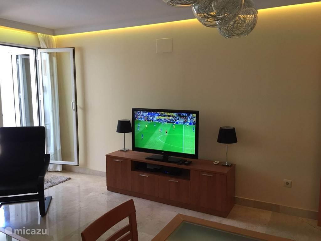 Woonkamer met flatscreen tv mét ontvangst van Nederlandse zenders