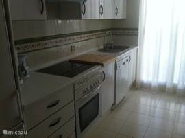De keuken met o.a. vaatwasser, magnetron en Senseo koffieapparaat