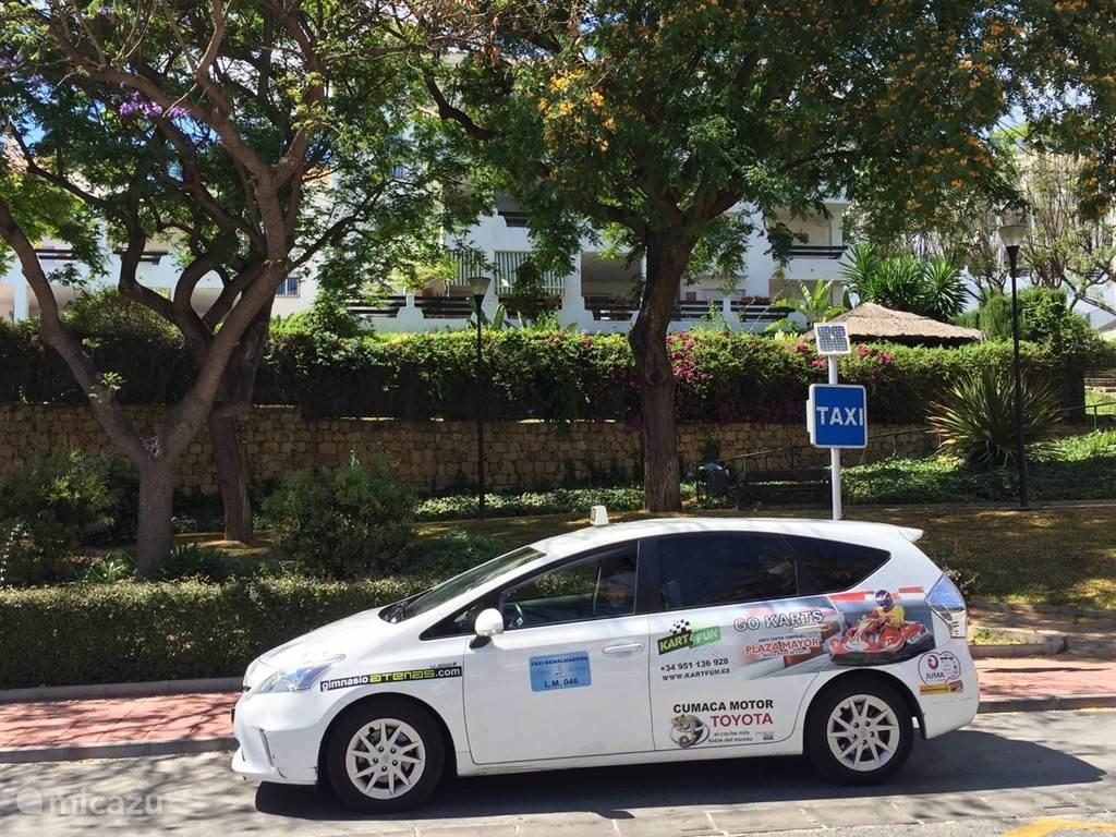Direct voor het complex bevindt zich een taxistandplaats