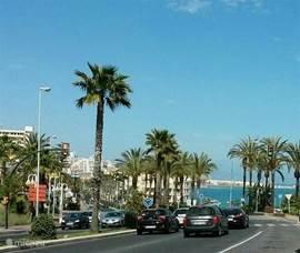 De 'kustweg' van Benalmádena Costa, op 750 meter afstand van het appartement. Deze weg leidt naar toeristische plaatsen zoals Puerto Marina, Fuengirola, Arroyo de la Miel, Torremolinos etc. Maar ook Málaga Aeropuerto (luchthaven)