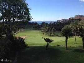 De golfbaan 'Torrequebrada Golf' tussen de appartementen