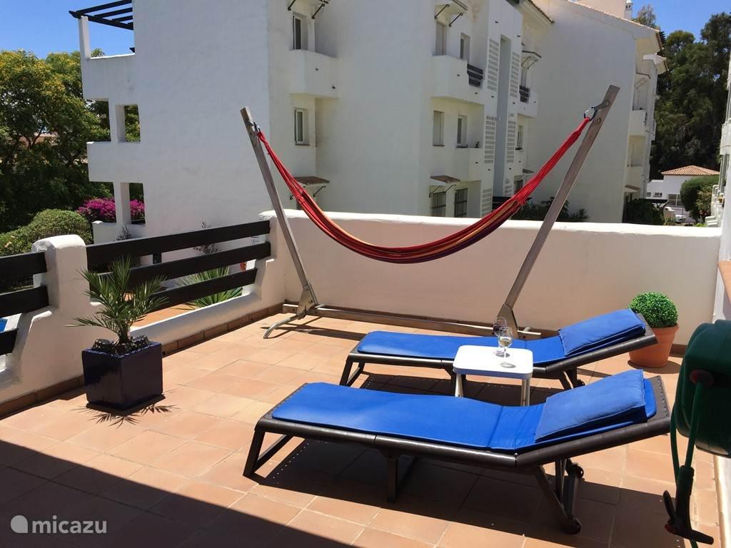 het 'zon' gedeelte met de ligstoelen op het terras