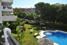 Uitzicht vanaf het terras op de tuin met het zwembad. Er kan goed toezicht gehouden worden op de (klein)kinderen !!