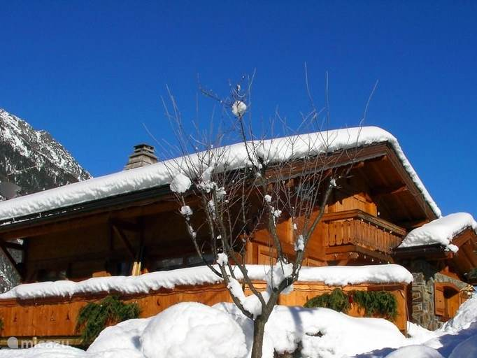Chalet Haute Bergen, Chamonix Mont Blanc. Een heerlijke plek voor een groep mensen. Hockeyteams, jaarclubs, disputen, velen zijn er al geweest. Er is voldoende ruimte in en om het huis, ideaal dus voor niet skiërs en kinderen.