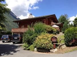 Chalet Haute Bergen, Chamonix Mont Blanc. Ook in de zomer is het heerlijk. Temperaturen tussen de 25 en 30 graden zijn gebruikelijk. Een mooie wandeling maken, mountainbiken, naar het Lac d'Passy, of bij huis chillen. Er staat ook een grote trampoline