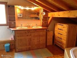 Chalet Haute Bergen, Chamonix Mont Blanc. Eén van de twee badkamers. Een ruimte van 25 m2, waar je elkaar niet in de wegloopt. De inloopdouche zorgt voor voldoende privacy.