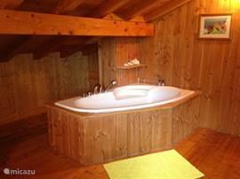 Chalet Haute Bergen, Chamonix Mont Blanc. Na een dag skien is het heerlijk om in dit ruime bad te liggen. Ook erg handig om de kinderen tegelijk in bad te doen.