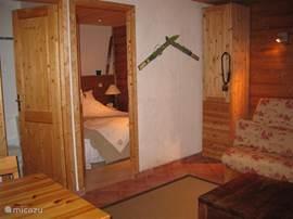 Chalet Haute Bergen, Chamonix Mont Blanc. In de studio staat in de woonkamer een slaapbank van 1.40 meter breed, waar ook kinderen of kleinere volwassen kunnen slapen.