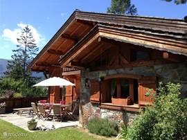 Chalet Haute Bergen, Chamonix Mont Blanc. Het zomerseizoen biedt de mogelijkheid van wandelen tot alpinisme. De temperatuur is zeer aangenaam, meestal rond 25 graden. Er is een grote trampoline waar jong en oud zich kunnen vermaken